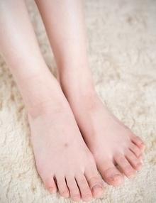 Stunning and long-legged babe Masaki Uehara using her feet to make a guy cum