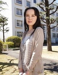 Junko Nishimura is an Asian lady presenting